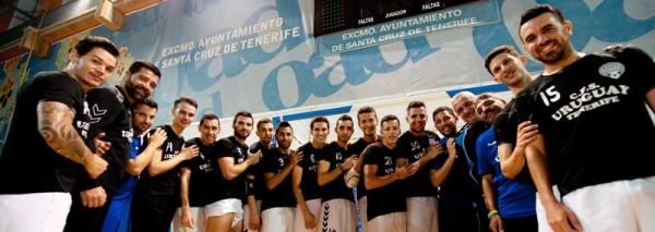 Plantilla y cuerpo técnico del Uruguay Tenerife, tras una sesión de entrenamiento celebrada en las instalaciones del Palacio Municipal de Deportes de Santa Cruz. | FRAN PALLERO