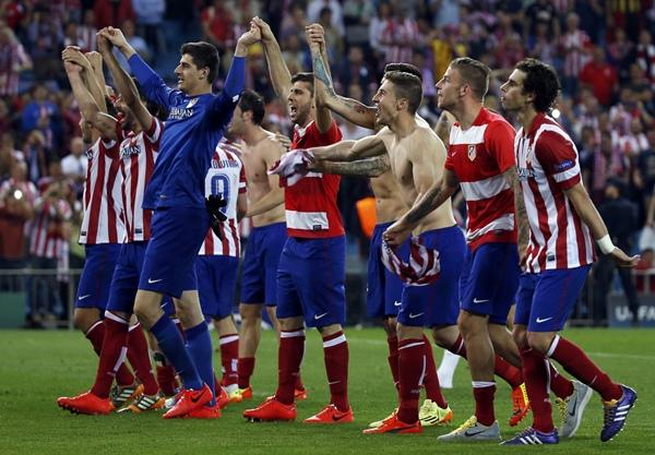 Los jugadores del conjunto rojiblanco muestran su júbilo tras eliminar al FC Barcelona, en un estadio Vicente Calderón en éxtasis. / REUTERS