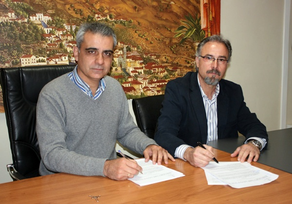 La firma del acuerdo tuvo lugar en el Ayuntamiento. / DA