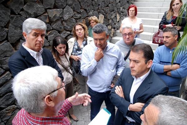 José Manuel Bermúdez y Dámaso Arteaga, ayer, con los vecinos. / F. P.
