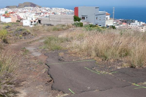 La urbanización de esta pista es una demanda histórica de los vecinos del Suroeste.   FRAN PALLERO