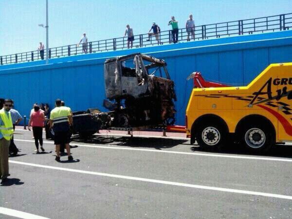 Imagen de la retirada de uno de los camiones que se vieron afectados por las llamas el pasado viernes. | L.J.