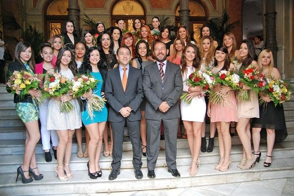 José Manuel Bermúdez y Fernando Ballesteros, acompañados ayer por las 28 candidatas a reina.   DA