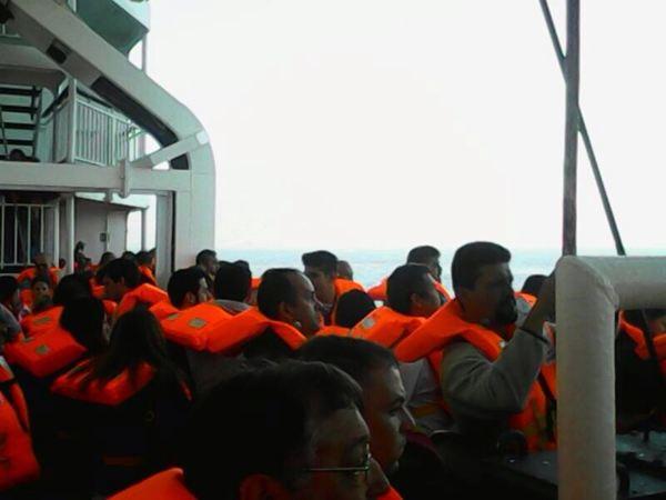 Los pasajeros se han colocado los chalecos salvadidas por precaución. / LOS JARDINEROS