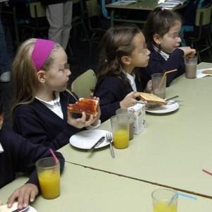 Imagen de archivo de niños desayunando en un colegio. | EUROPA PRESS