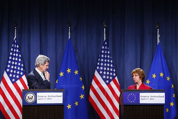 John Kerry (EEUU) y Ashton (UE), durante una comparecencia hoy. / REUTERS
