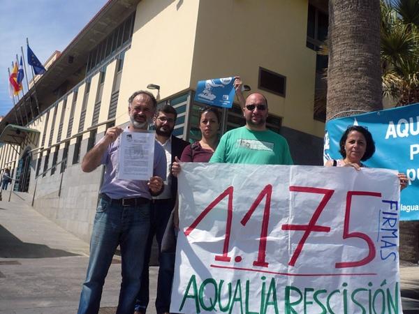 Representantes de Izquierda Unida, por fuera del Consistorio. / NORCHIL