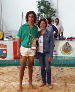 Amaury Rodríguez recibe un trofeo de la consejera Inés Rojas. | FEDERACIÓN FUERTEVENTURA