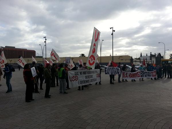 Así recibió un grupo de sindicalistas de FTPS-USO ayer a Miguel Ángel Ramírez (en el recuadro). | DA