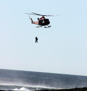 Imagen del izado de una de las víctimas al helicóptero. / maru bragalenti
