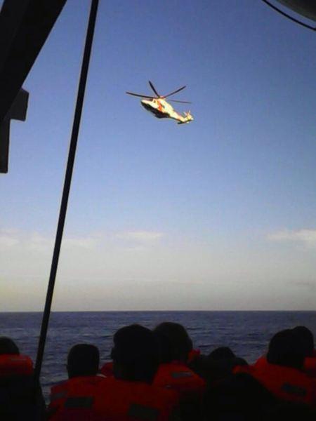 Un helicóptero sobrevuela el barco de Armas que ha sufrido un incendio. / LOS JARDINEROS
