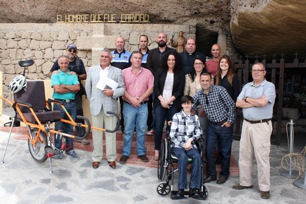 La novena edición del Camino del Hermano Pedro se presentó ayer en la cueva del santo. / DA