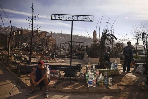Plaza del Recuerdo de Valparaíso, donde se han reunido algunos afectados.   REUTERS