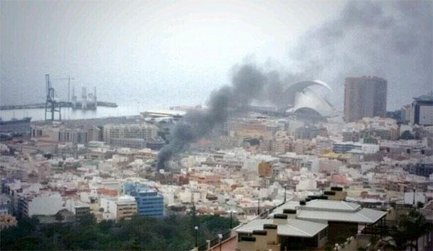 La columna de humo era visible desde varios puntos de la capital tinerfeña. / Foto: @Erdyrom