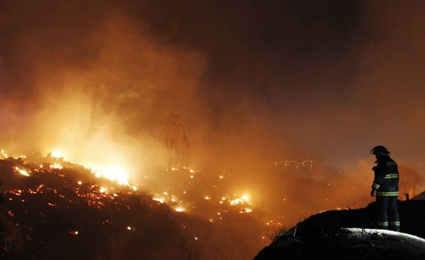 Al menos doce personas han perdido la vida ya desde que se inició el fuego. / REUTERS
