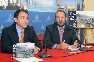 José Manuel Bermúdez y Fernando Ballesteros ayer, junto al cartel anunciador de las fiestas. / S. MÉNDEZ