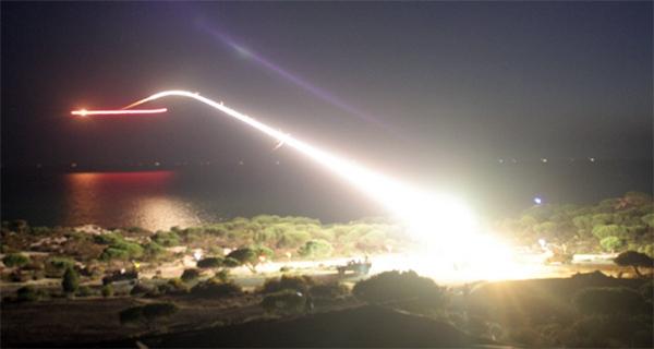Imagen del lanzamiento de un misil durante las recientes maniobras llevadas a cabo en Huelva.   DEFENSA
