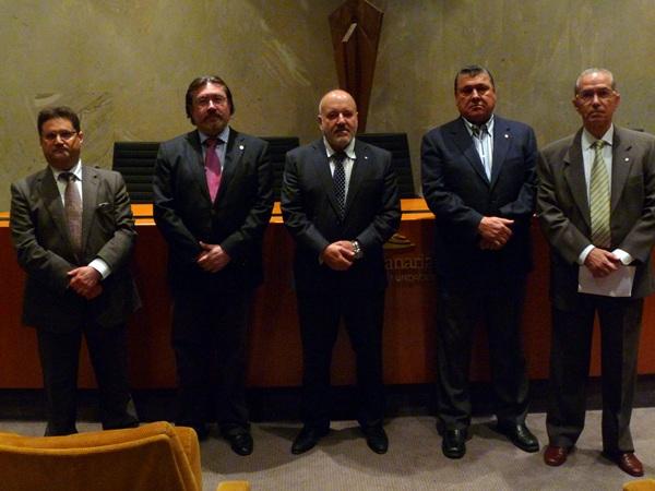 Los miembros del consejo, el abogado y el notario se dieron cita ayer en la sede central de CajaCanarias. | DA