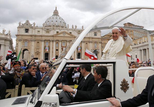 El papa saluda a los fieles. / REUTERS