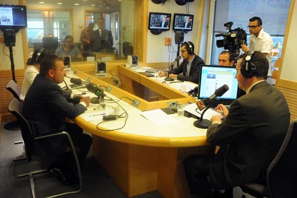 El presidente del Gobierno canario, Paulino Rivero, durante la entrevista de ayer en la radio autonómica. / DA
