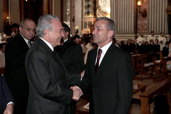 Rivero saluda al vicepresidente de Brasil, ayer en Roma. / DA