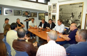 Mato y otros representantes del PP mantuvieron ayer un encuentro con los pescadores del Norte. / DA