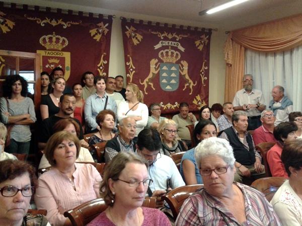 Decenas de familiares de usuarios del centro fueron ayer al pleno. | DA