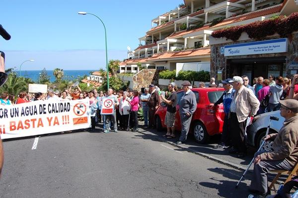 Los vecinos afectados ya se concentraron el 27 de marzo frente a la oficina de la empresa Aqualia. | DA