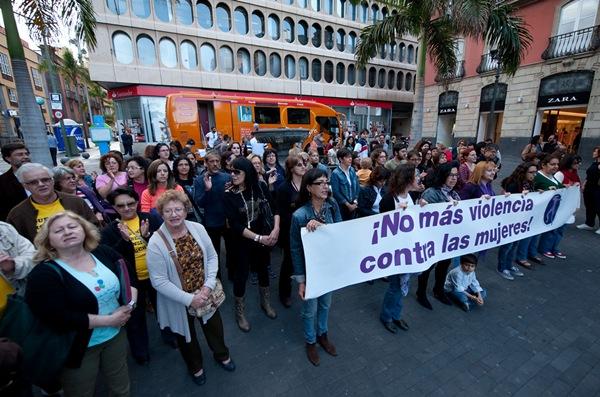 Imagen del acto de protesta de ayer en Santa Cruz de Tenerife. | F. PALLERO