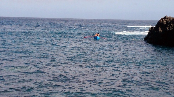 Los cuatro vecinos de Buenavista se dirigen en barca para tratar de salvar a los accidentados.   DA
