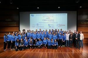 Foto de familia de las plantillas masculina y femenina, con los directivos y patrocinadores. / DA