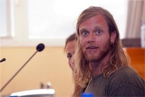 El estadounidense Timothy Olson, durante una charla. / DA