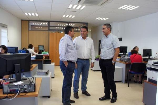 Cirilo Acevedo, a la derecha, junto al alcalde y Domingo Ramos. / DA