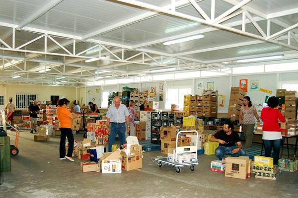 Los voluntarios de las asociaciones se encargan de recibir los alimentos y organizar su distribución. / J. G.