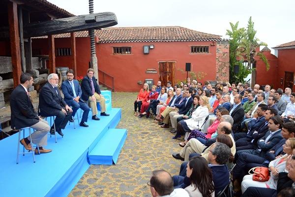 Arias Cañete, con Manuel Domínguez, Asier Antona y Gabriel Mato, en la Casa de Vino de El Sauzal. / s. méndez