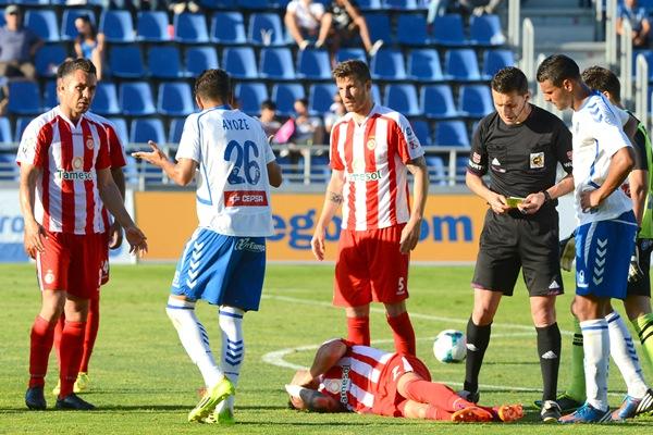 El delantero blanquiazul explica a varios rivales la acción por la que fue amonestado. / SERGIO MÉNDEZ