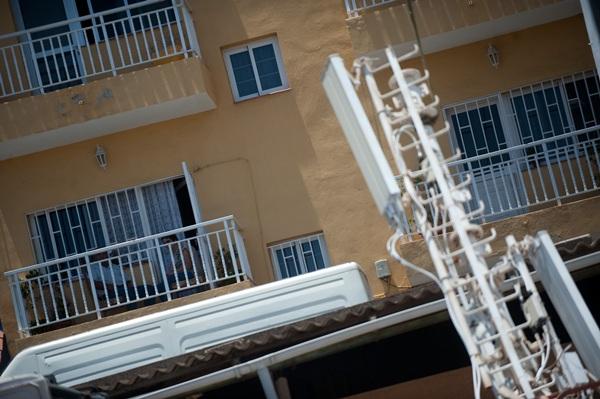 Antena de telefonía en un barrio de Santa Cruz.   FRAN PALLERO