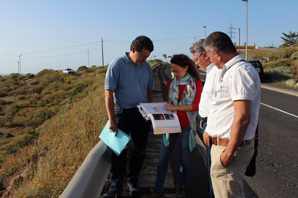 Ramón Gil, segundo por la derecha, junto a técnicos de su concejalía y del Consejo Insular de Aguas. / DA