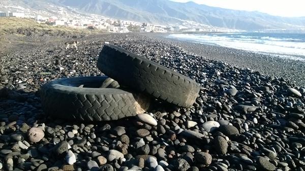 En las playas de El Socorro, históricamente llamadas Chimisay, se pueden encontrar hasta grandes neumáticos.   NORCHI