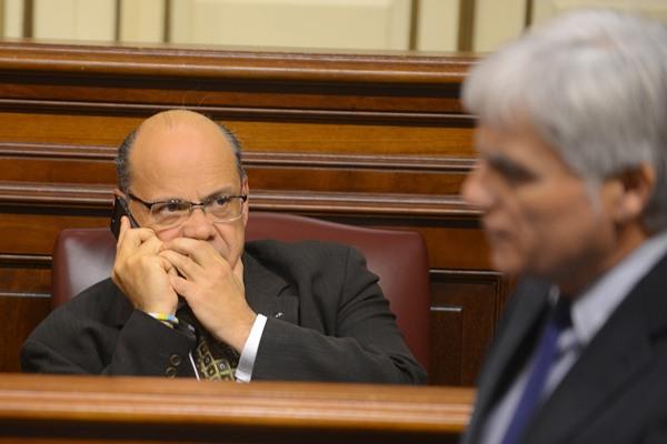 José Miguel Pérez (PSOE) pasa por delante de José Miguel Barragán (CC). | SERGIO MÉNDEZ