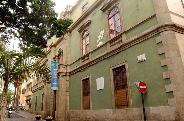 Centro de formación y empleo de la Sociedad de Desarrollo, en la plaza Irineo González. / FRAN PALLERO