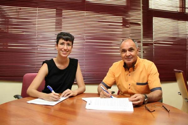 Carlota Cruz y Gonzalo Delgado firmaron el convenio de reciclaje de electrodomésticos. | DA