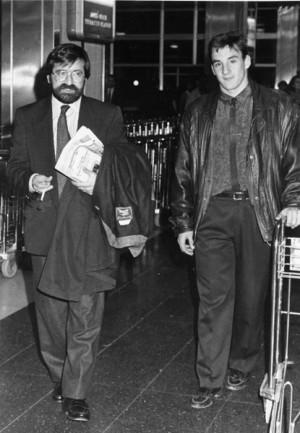 Ferrer, junto al director deportivo Santiago Llorente, a su llegada a la Isla en enero de 1990. | DA