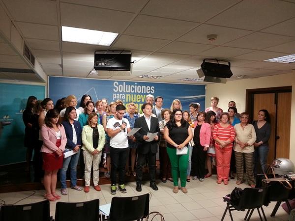 Morales, ayer, con cargos de CC, leyendo un manifiesto a favor de la igualdad entre hombres y mujeres. / DA