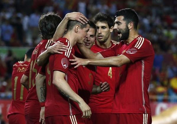 La selección celebra el gol de Torres. | REUTERS