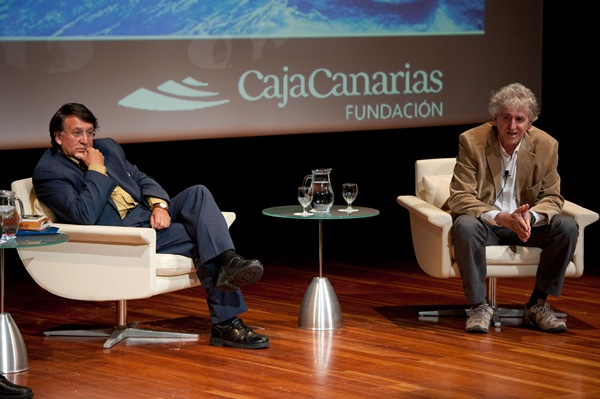 Joaquín Araujo (i) y Juan Luis Arsuaga abrieron los encuentros que organiza la Fundación CajaCanarias. / F. P.