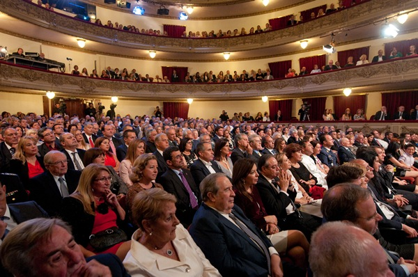 El público llenó el teatro capitalino, lugar al que se trasladó este año el acto oficial del Día de Canarias. | F. P.