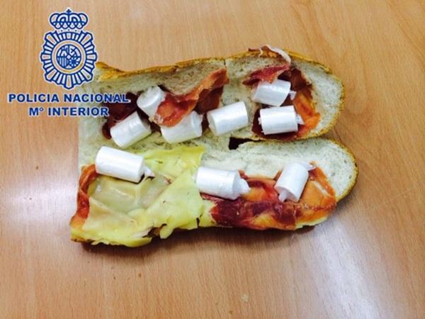 Bocadillo de jamón, queso y cocaína que llevaba el arrestado. | DA