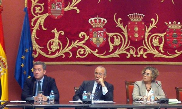García (izqda.) y Julios (CC), ayer, en la Comisión de Control. / DA