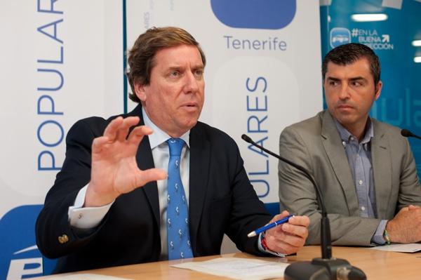 Gabriel Mato y Manuel Domínguez, ayer en la sede del PP en Santa Cruz de Tenerife. | FRAN PALLERO